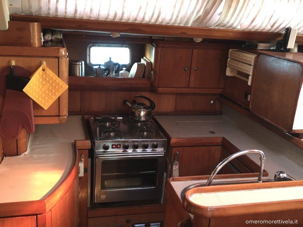 vacanze in barca a vela con skipper omero moretti interno freya cucina