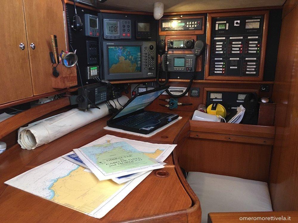 vacanze in barca a vela con skipper omero moretti interno freya carteggio
