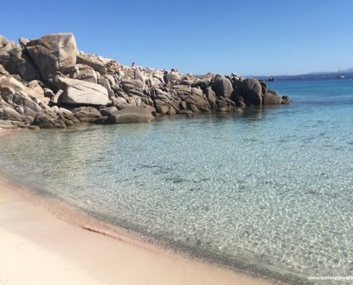 vacanze in barca a vela con skipper in Sardegna del nord spiaggia a lavezzi
