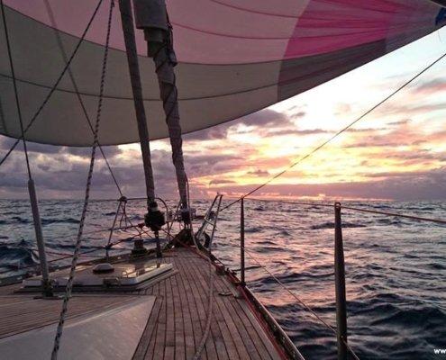 Traversata atlantica a vela gennaker tramonto