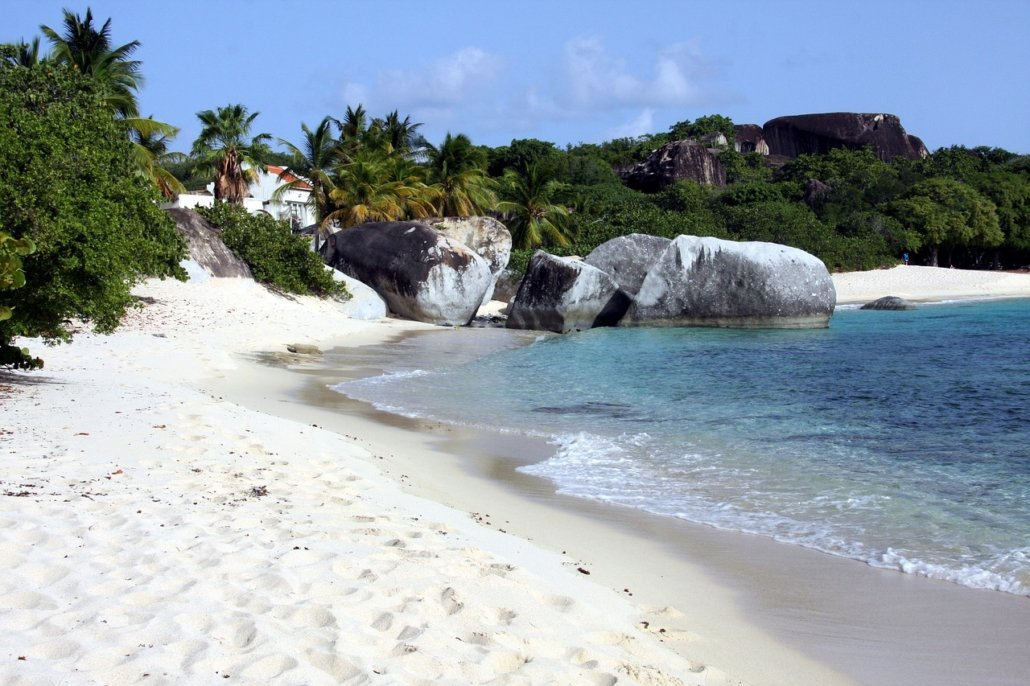 vacanze in barca a vela ai caraibi con skipper isole vergini britanniche spiaggia