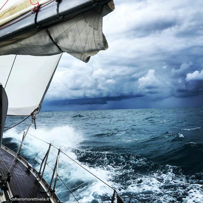 scuola vela navigazione con cattivo tempo
